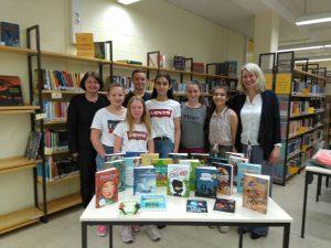 Ein ganzer Tisch voll Bücher zum Welttag des Buches