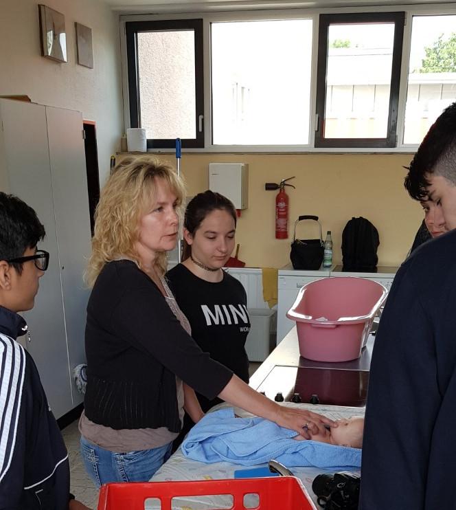 Lindenauschülerinnen und Lindenauschüler lernen Umgang mit Babys und Kleinkindern