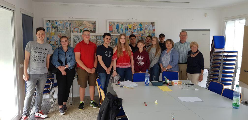 Katholischer Religionskurs 10 der Lindenauschule besucht das Seniorenbüro der Stadt Hanau
