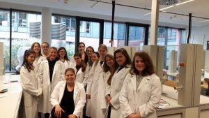 """Die Girls Day Akademie besucht den Schülerlabortag """"Blut und das visuelle Mikroskop"""" des Goethe BioLabors am 03.11.2017"""