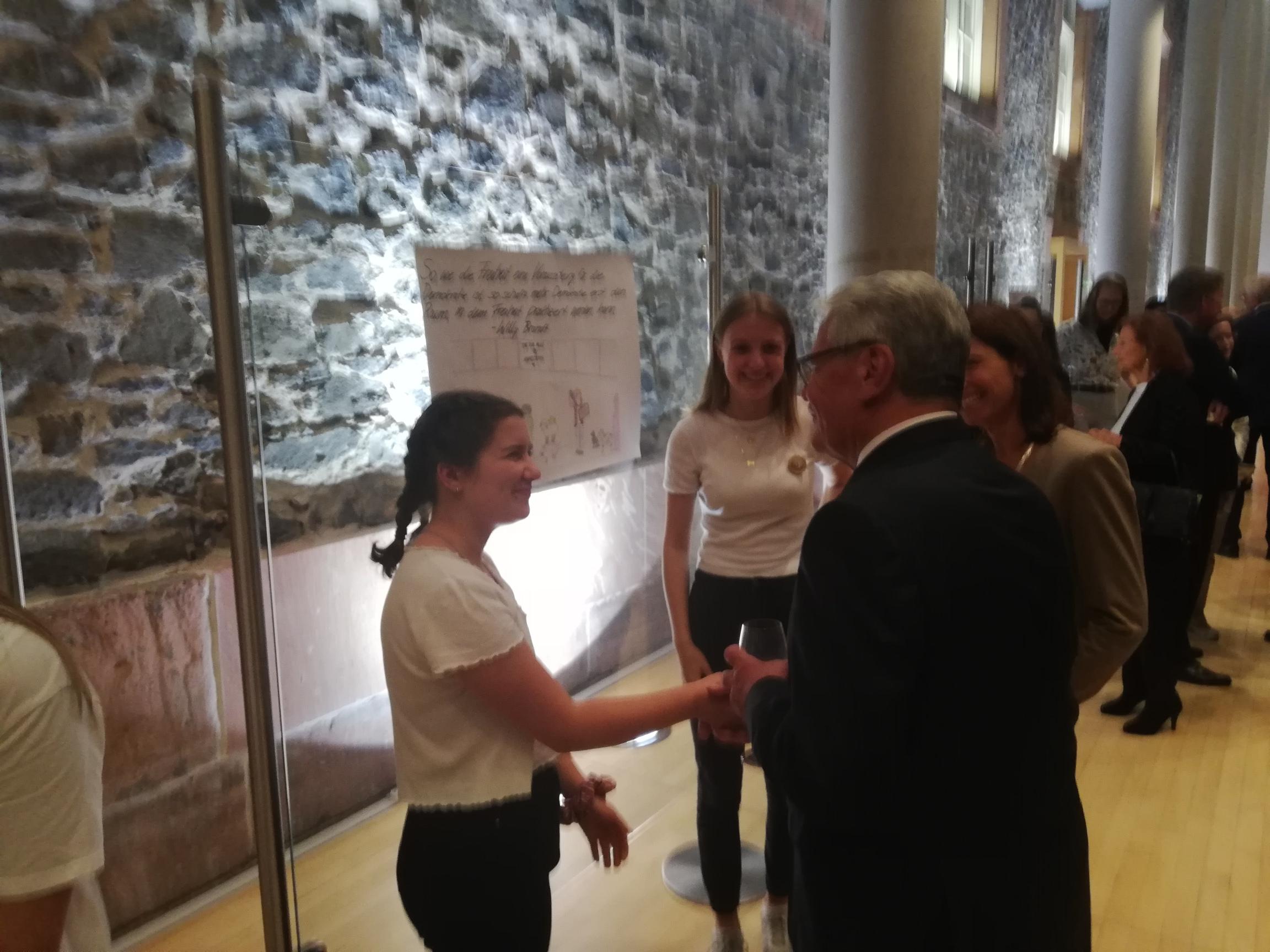 Schülerinnen und Schüler des Grundkurs Geschichte im Gespräch mit Joachim Gauck