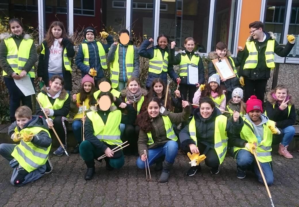 Sauberkeitspaten der Lindenauschule aktiv in Hanau-Großauheim unterwegs