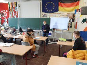 Stadtverordneter der Stadt Hanau diskutiert mit Schülerinnen und Schülern der Lindenauschule